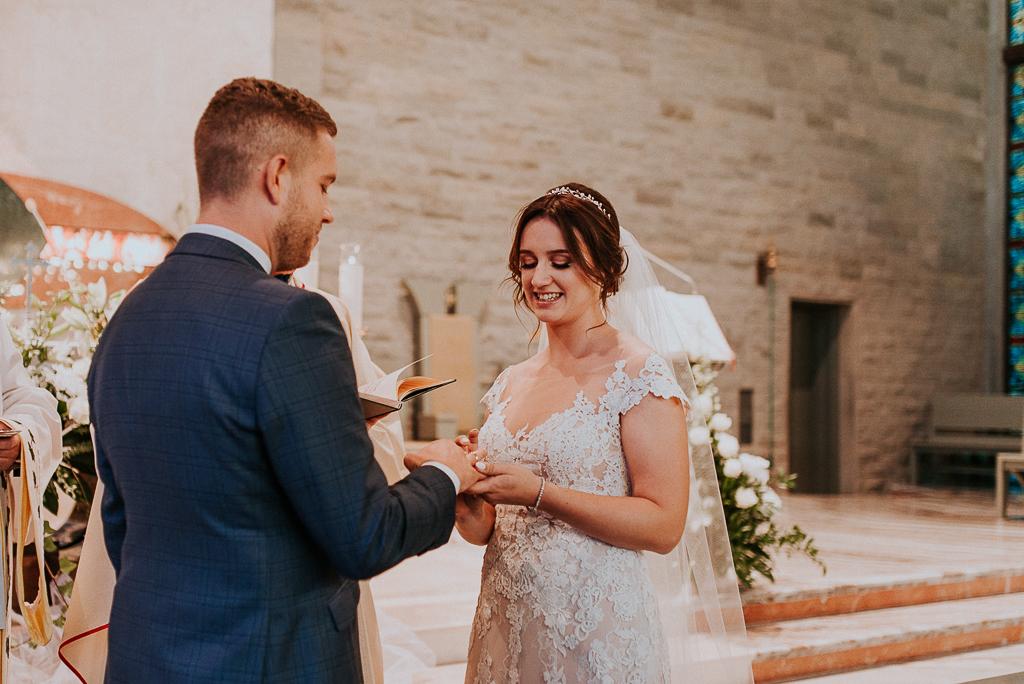 slub w warszawie, wesele w folwarku u różyca, rustykalny slub, piotr czyżewski fotografia, przysięga w kosciele