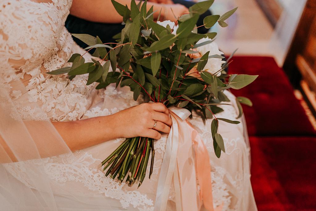 slub w warszawie, wesele w folwarku u różyca, rustykalny slub, piotr czyżewski fotografia, bukiet ślubny