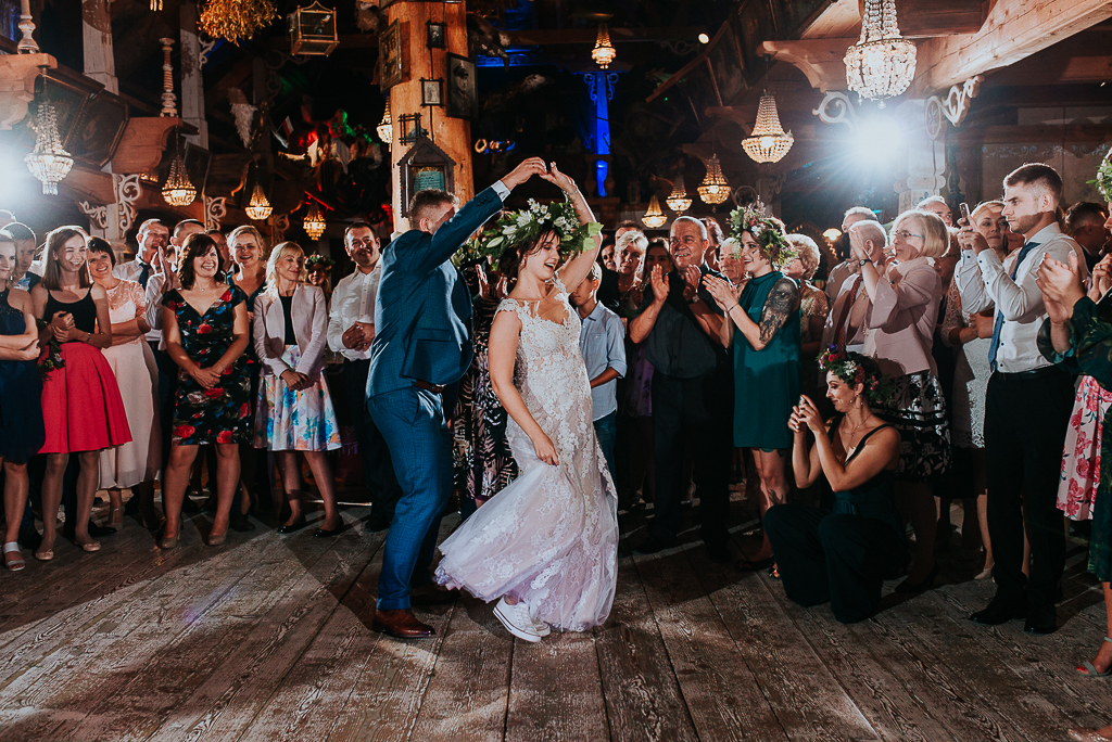 piotr czyżewski fotografia, ślub w folwarku, folwark u różyca, suknia rustykalna, wianek dla panny młodej
