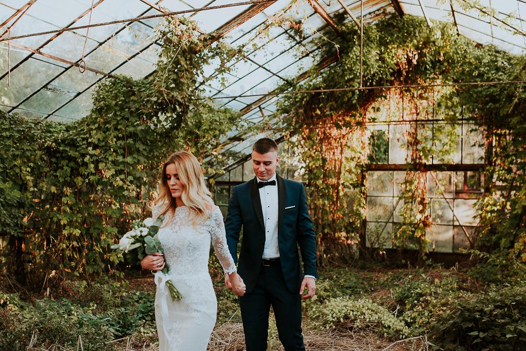 sesja w szklarni, rustykalna suknia ślubna