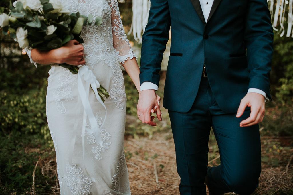 romantyczna sesja, piotr czyzewski fotografia, sesja w szklarni, bukiet ślubny, suknia slubna