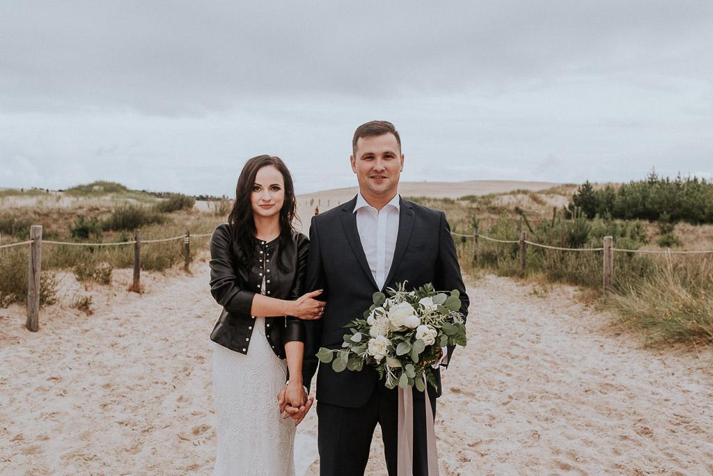 wesele sesja nad morzem panna młoda w skórzanej kurtce na plaży