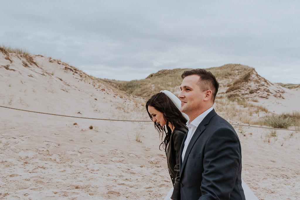 wesele sesja nad morzem spacer po wydmach