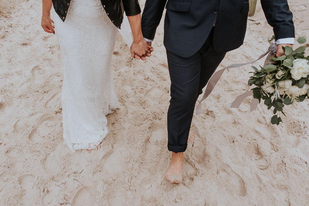 wesele sesja nad morzem spacer za rękę boso po plaży