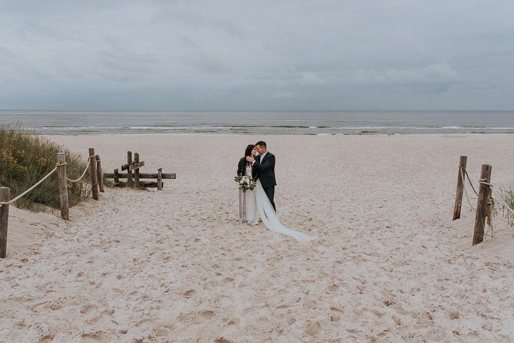 wesele sesja nad morzem przytuleni na środku plaży
